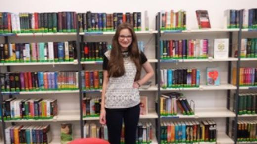 Ida hilft jeden Samstag in der Stadtbücherei.