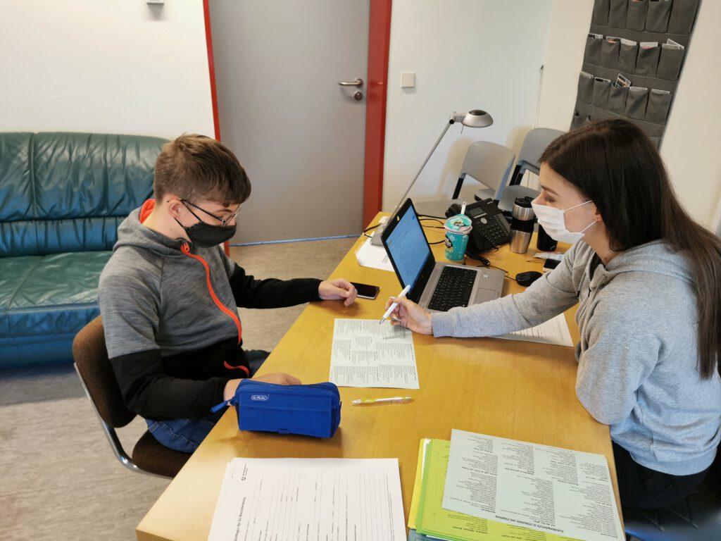 Sean Pierre im Gespräch mit Frau Beckwith über die beruflichen Möglichkeiten im Elektronikbereich